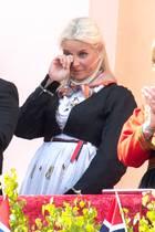 Der diesjährige norwegische Nationalfeiertag läuft ganz anders ab, als sonst üblich. Normalerweise wird der Tag mit vielen öffentlichen Feiern, Kinderumzügen und Gesang begangen. Durch die Coronaschutzmaßnahmen ist das nicht möglich, aber die Norweger finden einen Weg zu feiern. In Parks und auf den Balkonen stimmen die Menschen die Nationalhymne an. Vor dem Palast spielt die Kapelle der königlichen Garde, überall sind Fähnchen zu sehen. Für Prinzessin Mette-Marit ist das überwältigend.
