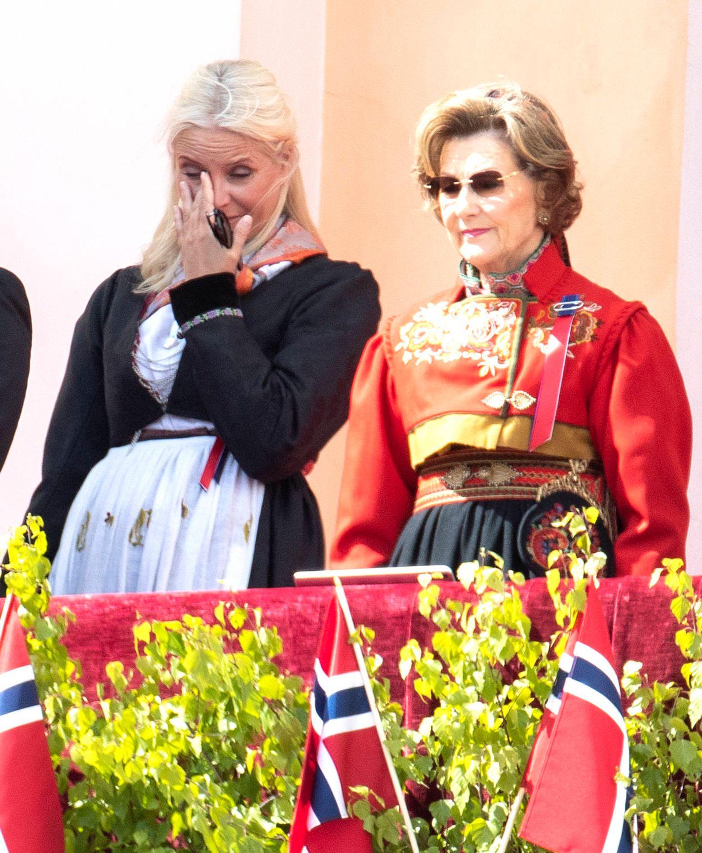 17. Mai 2020  Trotz der Corona-Pandemie haben Tausende Norweger in Parks, auf Balkonen oder online ihren Nationalfeiertag begangen. Von überall aus sangen sie am Sonntag dabei auch die norwegische Nationalhymne. Sichtlich gerührt von dieser ungewöhnlichen Aktion steht Prinzessin Mette-Marit mit der Familie auf dem Schlossbalkon.