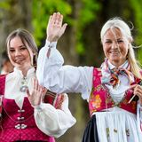 17. Mai 2020  Fröhlich winken Prinzessin Ingrid Alexandra und Prinzessin Mette-Marit auf ihrem Spaziergang den Menschen zu.