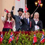17. Mai 2020  Der 17. Mai ist in Norwegen ein besonderer Tag -normalerweise ein Tag mit Kinderumzügen, viel Gesang und jeder Menge Feierlichkeiten - und die Königsfamilie zeigt sich auf dem Schlossbalkon. Gemeinsam mit dem Kronprinzenpaar Haakon und Mette-Marit und deren Kindern, Prinzessin Ingrid Alexandra und Prinz Sverre Magnus, stimmt das Königspaar Harald und Sonja die norwegische Nationalhymne an, wie auf Fernsehbildern des Senders NRK zu sehen war.
