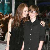 """Auch bei offiziellen Events ist Julianne Moore gernein Begleitung ihrer Liebsten. 2011 stehtTeenager Cal bei der Filmpremiere von """"Crazy, Stupid, Love"""" an der Seite seiner berühmten Mutter."""