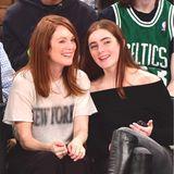 """2016 feuert das gut gelaunte Mutter-Tochter-Duo gemeinsam die """"New York Knicks"""" beim Basketballspiel im Madison Square Garden an."""