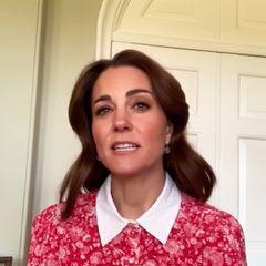 Herzogin Catherine hatte heute eine ganz besondere Botschaft aus dem Home Office im Rahmen eine Initiative für mentale Gesundheit. Sie grüßtin einem roten Blumenkleid aus Seide von Beulah London. Das Kleid hat einen weißen Kragen, eine betonte Taille und kunstvoll verzierte Ärmel.