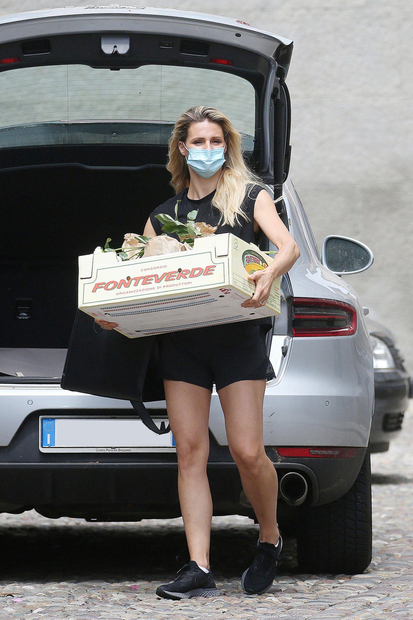 Das nennt man Arbeitsteilung. Während sich Tomaso Trussardi um die Kinder kümmert, nutzt Michelle Hunziker die Zeit und kauft beim Gemüsehändler ihres Vertrauens in Bergamo ein. Was frisch auf den Tisch soll, muss auch frisch gekauft werden!Und die Maskenpflicht hält sie dabei auch vorbildlich ein.