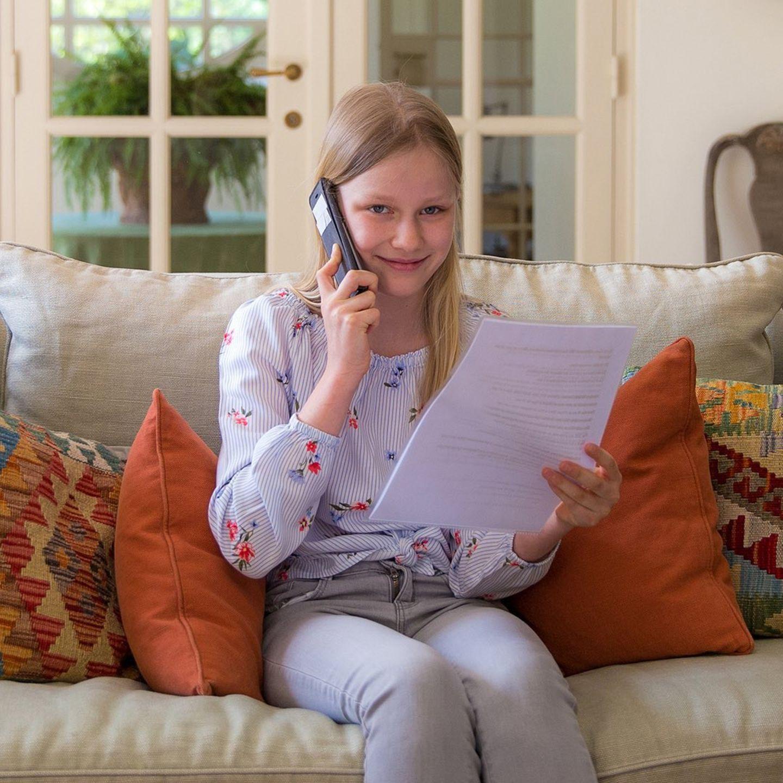 Auch das jüngste Kind von Königin Mathilde und König Philippeengagiert sich aktiv. Ebenso wie ihre Geschwister greift Prinzessin Eléonore zum Hörer und telefoniert mit ihren Mitbürgern, um ihnen beizustehen.