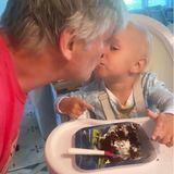 """18. Mai 2020  Romeo Baldwin hat Geburtstag und ist schon ganze zwei Jahre alt geworden. Da gibt es ein leckeres Stück Geburtstagstorte auf einem """"Cars""""-Teller und das wird mit Löffel und Händen gegessen. Eine kleine Pause legt der Kleine ein, um seinem Daddy einen dicken Schmatz zu geben."""