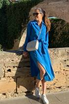 Hach, an diesem Bild von Ana Ivanovic stimmt einfach alles, der Style, das Wetter … Die Ex-Tennisspielerin trägt auf dem Schnappschuss ein blaues Midi-Kleid mit Taillengürtel, das auch zu den liebsten Teilen von Herzogin Meghan gehört. Vielleicht war das Bild ja sogar als kleiner Gruß zu Meghans Hochzeitstag mit Prinz Harry gedacht?
