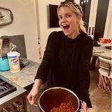 Vor 13 Jahren gewannJessica Simpson mit ihrem Rezept einen Chili-Kochwettbewerb. Da man in Quarantäne-Zeiten viel Zeit hat nachzudenken, ist es ihr wieder eingefallen und so hat sie sich entschlossen, es jetzt einfach noch einmal zu kochen. Sieht lecker aus - schade, dass so viel Zeit vergangen ist.