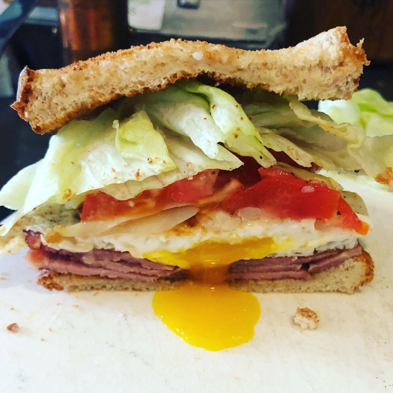 Bei Jason Priestley geht es eindeutig deftiger zu. Sein Sandwich besteht aus guten Lagen Schinken, Ei, Tomate, Salat und natürlich reichlich Käse. Jetzt muss man es nur noch unfallfrei essen können...