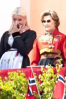 Tief bewegt wischt sie sich eine Träne aus dem Augenwinkel, als sie sich im Kreiseder königlichen Familie in festlicher Tracht auf dem Balkon des Schlosses zeigt.