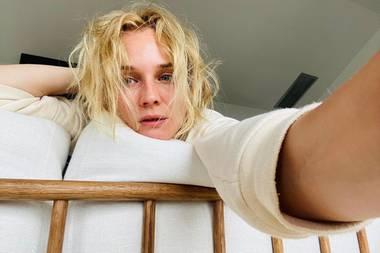 """Guten Morgen! Mit diesem natürlichen Selfie, das anscheinend unmittelbar nach dem Aufstehen entstanden ist, begrüßt Diane Kruger ihre Fans.Die deutsch-amerikanische Schauspielerin betiteltdiesesBild""""Woche 9 der Quarantäne"""" und fügt ein Zombie-Emoticon hinzu. Allerdings steht Diane der authentische Out-of-Bed-Look, ungeschminkt undmit verwuschelten Haaren, ganz wunderbar und kann keineswegs mit einem wandelnden Untoten verglichen werden. Oder war der Emoticon für ihren Lebenspartner Norman Reedus gedacht, der bei """"The Walking Dead"""" mitspielt?"""