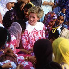 Prinzessin Diana (†36) zeigt sich 1986 in einem ähnlichen Look: Für ein Treffen mit Studentinnen einer Universität im Oman trägt sie ebenfalls ein pink-rot-geblümtes Kleid mit weißem Kragen. Es stammt aus der Feder des irischen Designers Paul Costelloe, der als einer der absoluten Lieblingsmodemacher von Diana gilt.