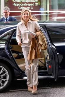"""Königin Máxima wählt für ihren Besuchdes """"Leids Universitair MedischCentrums"""" einen schlichten aber edlen Look in sanften Beigetönen. Dazu trägt die niederländische Monarchin einen tollen Sommerschuh von Castañer. Dieses Schuhwerk scheint der ganzen Familie zu gefallen, denn auch ihre Tochter trägt dieEspadrilles-Wedges mit Vorliebe ..."""