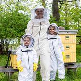 20. Mai 2020  Honigsüße neue Bilder von Schwedens Lieblingen! Am Tag der Bienen werden Prinzessin Estelle, Prinz Oscar und Mama Victoria zu Imkern.