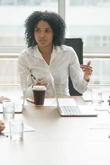 Frau in einem Meeting