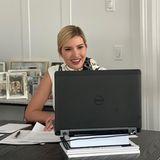 In Zeiten des Coronavirus arbeitet auch Ivanka Trump von Zuhause. Für das virtuelle Meeting hat die Präsidenten-Tochter sich eine provisorische Laptop-Erhöhung aus Büchern gebaut. Auf der Anrichte hinter ihr stehen diverse Familienbilder, die in ihrem stylischen Homeoffice für Gemütlichkeit sorgen.