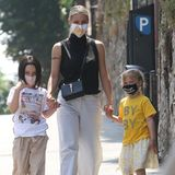 Michelle Hunziker zeigt sich im italienischen Bergamo mit ihren Töchtern Sole und Celeste auf einem Spaziergang. Alle drei setzen auf sommerliche Looks, die kleine Sole zieht jedoch mit einem ganz anderen Detail alle Blicke auf sich: Sie trägt ihr Haar jetzt dunkelbraun und kurz.