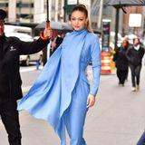 Dass Topmodel Gigi Hadid nur wenige Monate zuvor einen sehr ähnlichen Look - ebenfalls von Emilia Wickstead - getragen hat, daran erinnern sich wahrscheinlich nicht alle. Sie wählt die Hosenanzug-Version in einem knalligen Babyblau. Ob Meghan sich von diesem Look hat inspirieren lassen?
