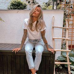 Weißes Shirt, helle Jeans, beige Schuhe und - hellere Haare. Sophia Thomalla eröffnet die Beach-Hair-Saison und postet sich mit noch strahlenderem Blondton.
