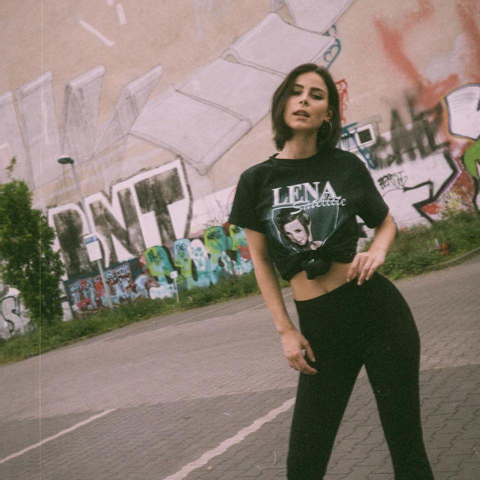 Lena Meyer-Landrut ist Fan von … Lena - genau wie wir! Zum 29. Geburtstag wünschen wir der Sängerin alles Gute und bestellen unsvielleicht auch noch ein Shirt aus ihrem Fanshop.
