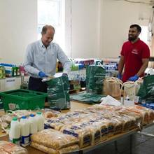 21. Mai 2020  Zum Ende des diesjährigen Ramadan schließen sich Prinz Edward und Gräfin Sophie Freiwilligen an, die Lebensmittelpakete zusammenstellen für alle, die Unterstützung benötigen. Der Ramadan endet traditionell mit dem Fastenbrechfest Eid al-Fitr ist einer der wichtigsten muslimischen Feiertage.