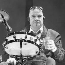 """22. Mai 2020: Klaus Selmke (70 Jahre)  Die Band City trauert um ihren SchlagzeugerKlaus Selmke. 1972 ist er einer der Gründungsmitglieder der Band in Ost-Berlin, zu deren größten Hits der mehrfach gecoverte DDR-Hit""""Am Fenster"""" gehört. """"Mit großer Bestürzung haben wir vom Tod unseres lieben Kollegen und Freundes Klaus Selmke erfahren. ... Mach's gut Klaus, du wirst uns fehlen"""",verabschiedet sichdie Band Karat bei Facebook von ihm."""