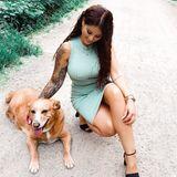 Eigentlich wollte Jenny Frankhauser ihrem geliebten Hund dieses auf den ersten Blick unverfängliche Posting widmen - ihren Fans fiel aber etwas ganz anderes auf: Unter Jennys engem Kleid zeichnet sich ganz deutlich ein Brustwarzenpiercing ab.