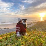 """Nina Dobrev und ihre Hündin Mrs. Maverick lassen den Tag ausklingen. """"Junge Hunde und Sonnenuntergänge. Was braucht man mehr?"""" fragt die Schauspielerin auf Instagram."""