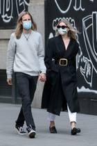Fast wie bei einem Modeshooting - wären da nicht die Masken. Elsa Hosk und ihr Verlobter Tom Daly schlendern im stylischen schwarz-weiß Look durch New York: Er eher im Skater-Style, sie im Paris-Chic.