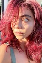 Die Corona Isolation hat Sarah Hyland dazu genutzt, sich ihre Haare zu färben - in einem knalligen Kirschrot. Auf das Ergebnis ist sie übrigens sehr stolz, wie sie schreibt.