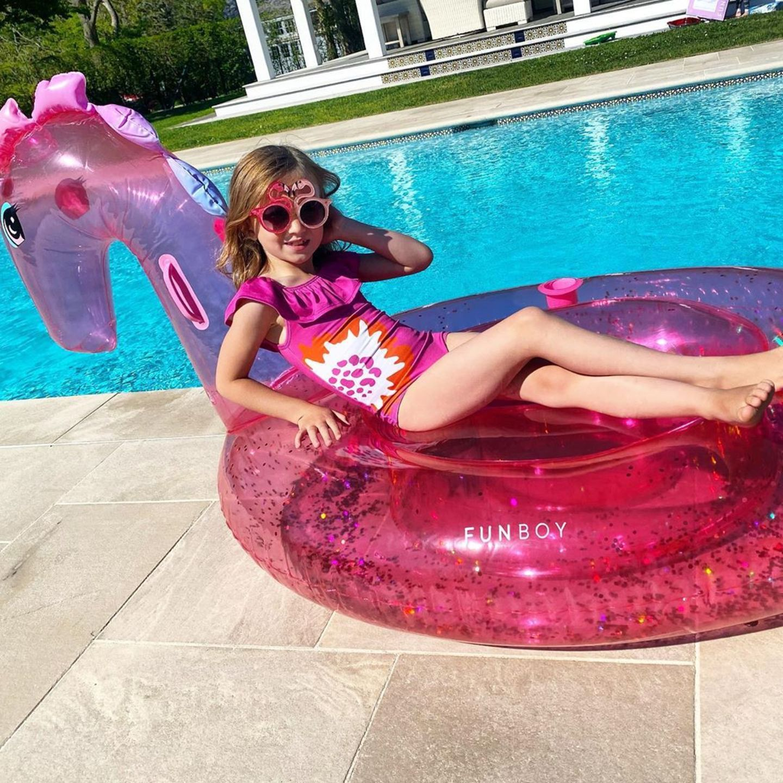 23. Mai 2020  Was für eine kleine Krabbe liegt denn hier so lässig auf dem Schwimmtier herum? Carmen Baldwin ist ganz schön groß geworden. Wie ein Model sonnt sie sich ganz stylisch am Pool. Da kann sich Papa Alec aber auf einen Ansturm von Jungs gefasst machen.