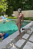 Auch beim Baden möchte Sharon Stone offenbar nicht auf eine adäquate Kopfbedeckung verzichten. Was uns aber abgesehen davon auffällt: Der Körper der 62-Jährigen (!) lässt uns staunen. Kein Gramm Fett, perfekte Kurven und ellenlange Beine – da könnte man durchaus neidisch werden.