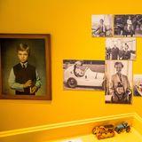 Der amtierende schwedische König Carl Gustaferhielt Solliden bereits als Vierjähriger zum Erbe, nachdem sein Urgroßvater Gustav V. 1950 verstorben war.Das Eingangshaus, das aus der Erbauungszeit von Schloss Solliden stammt, beherbergt neben der Kasse und dem Souvenirshop auch regelmäßige Ausstellungen zum Schloss und seinen Bewohnern, wie z.B. die Fotoausstellung über Carl Gustaf mit privaten Fotos des Königs auf dem Sommersitz.