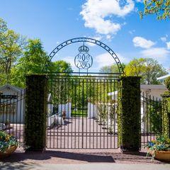 Von Mai bis September ist der Sommersitz der schwedischen Familie für Publikum geöffnet. Die Villa ist zwar nicht von innen zu besichtigen, aber dafür sind weite Teile des Schlossparks der Öffentlichkeit zugänglich. Empfangen wird man von einem schmiedeeisernen Tor, in das filigran die Krone und eine römische 16 eingearbeitet sind. Die Zahl steht für den offiziellen Titel des Königs: Carl der XVI. Gustafvon Schweden.