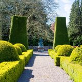 Der Park besteht aus unterschiedlichen Themengärten, die jeder für sich ihren ganz eigenen Reiz haben. In direkter Nähe der Villa befindet sich der mit Buchsbäumen und -hecken geschmückte Italienische Garten.