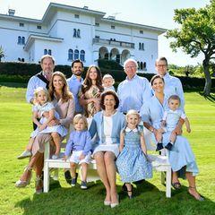 Jedes Jahr zieht sich die schwedische königliche Familie in ihreSommerresidenz Schloss Solliden auf Öland zurück. Dort wird auch traditionell am 14. Juli der Victoriatag gefeiert, Prinzessin Victorias Geburtstag. Bei diesem Familienfoto vor Schloss Solliden umgeben sich Königin Silvia und König Carl Gustafmit ihren Lieben: Prinzessin Madeleine undChristopher O'Neill mit ihren Kindern Prinzessin Leonore und Prinz Nicolas, Prinz Carl Philip und Prinzessin Sofia mit ihrem Sohn Prinz Alexander, Prinzessin Victoria und Prinz Daniel mit ihren Kindern Prinzessin Estelle und Prinz Oscar.
