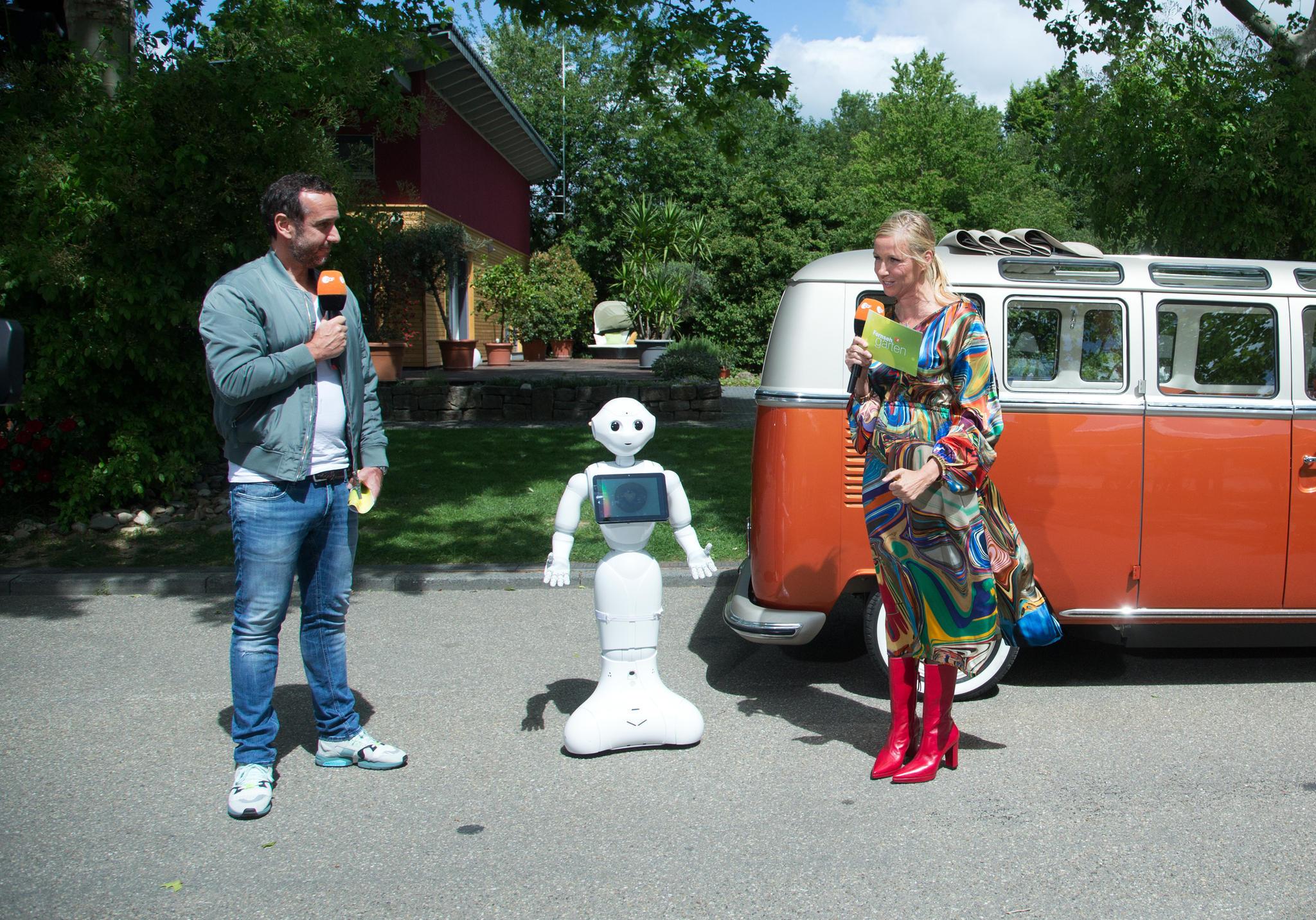 Andrea Kiewel moderiert den ZDF-Fernsehgarten am 24. Mai 2020 in einem farbenfrohen Kleid – und sorgt für Diskussionen im Netz.