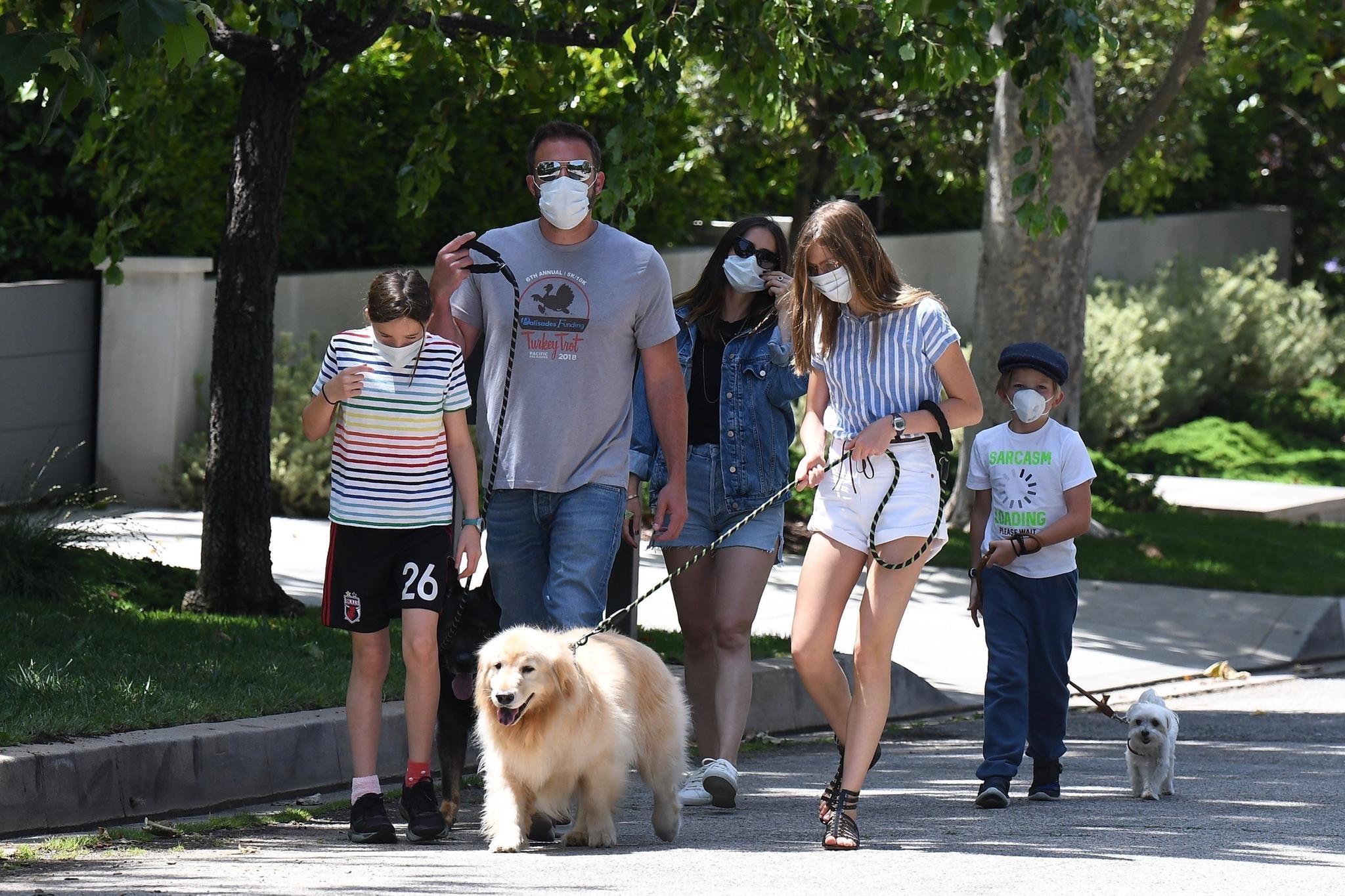 Ben Affleck und Ana de Armes beim Spaziergang mitseinen Kindern Violet,Seraphina Rose, und Samuel