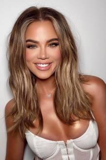 Nanu, sie sieht so anders aus. Als Khloé Kardashian dieses Bild auf Instagram teilt, häufen sich die Kommentare augenblicklich. Aufgrund dieses Super-Glam-Looks unterstellen Fansdem Reality-TV-Starsich kosmetischen Eingriffe unterzogen zu haben. Besonders aufmerksamen Usern fällt jedoch auf, dassdiezierliche Schmetterlingskette um Khloés Hals auf einer Seite die Kette fehlt - Photoshop-Fail!Ihr verändertes Aussehen scheintalso mit einerzu gut gemeinten Retusche zusammenzuhängen.