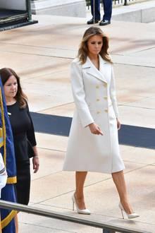Melania Trump setzt beim Memorial Day, ein amerikanischer Feiertag, derzu Ehren der im Krieg für das Vaterland Gefallenen, auf einen simplen, aber nicht weniger eindrucksvollen Look. In einem elfenbeinfarbenen Gucci-Mantel mit zweireihiger Knopfleiste für etwa 3.200 Euro macht sie eine tolle Figur. Und in Sachen Schuhwerk?