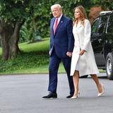.... setzt die Frau von Donald Trump auf ihre Lieblings-Luxusmarke: Manolo Blahnik. Farblich abgestimmt in der Farbe Elfenbein kostet dieses Schuhwerk 610 Euro. Somit trägt sie einen Gesamtwert von 3.810 Euro, das ist in etwa das durchschnittliche Bruttogehalt eines Arbeitnehmers in Deutschland.