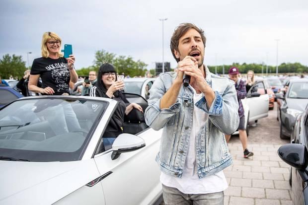 """26. Mai 2020  Auch in Zeiten von Corona müssen die Fans von Max Giesinger nicht auf seine Live-Shows verzichten. Mit einem Autokonzert begeistert der """"80 Millionen""""-Star sein Publikum am Wochenende in Erfurt. Im sicherenAbstand zueinander wird im Wagenvor der Bühne ordentlich mitgewippt - undApplausgehupt, was das Lenkradhält."""