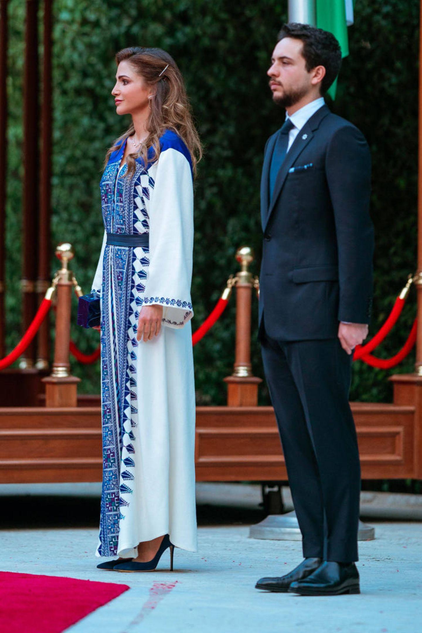 Königin Rania in traditionellem bodenlangen Kleid