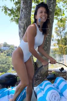 Achtung, Ansteckungsgefahr! Aber nicht etwa mit einem Virus, sondern viel mehr mit guter Laune! Denn so ausgelassen wie sich Eva Longoria hier im sexy Badeanzug und ohne Make-Up zeigt, nehmen wir sie uns gerne als Vorbild.