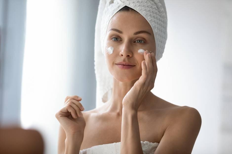Hyaluron-Creme, Anti-Aging, Frau cremt sich ein