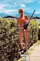 Stephanie Gräfin von Pfuel lässt bei der Gartenarbeitdie Hüllen fallen – und zeigt ihrenWow-Body.