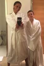 """Cruz Beckham teilt auf Instagram einen süßenRückblick. Im viel zu großen Bademantelund mit Mama Victoria Beckham an seiner Seite, lächelt er fröhlich in die Kamera. Doch alle Augen sind hier auf das """"Spice Girl"""" gerichtet: """"Anscheinend lächelt meine Mutter doch"""", schreibt der 15-Jährige mit einem lachenden Emoji zum Foto. Tatsächlich! So freudestrahlend sieht man die vierfache Mutter selten. Auch David Beckham kann sich einen Scherz nicht verkneifen und kommentiert:""""Wie weiß sind den Mums Zähne? Das ist Ross von Friends."""""""