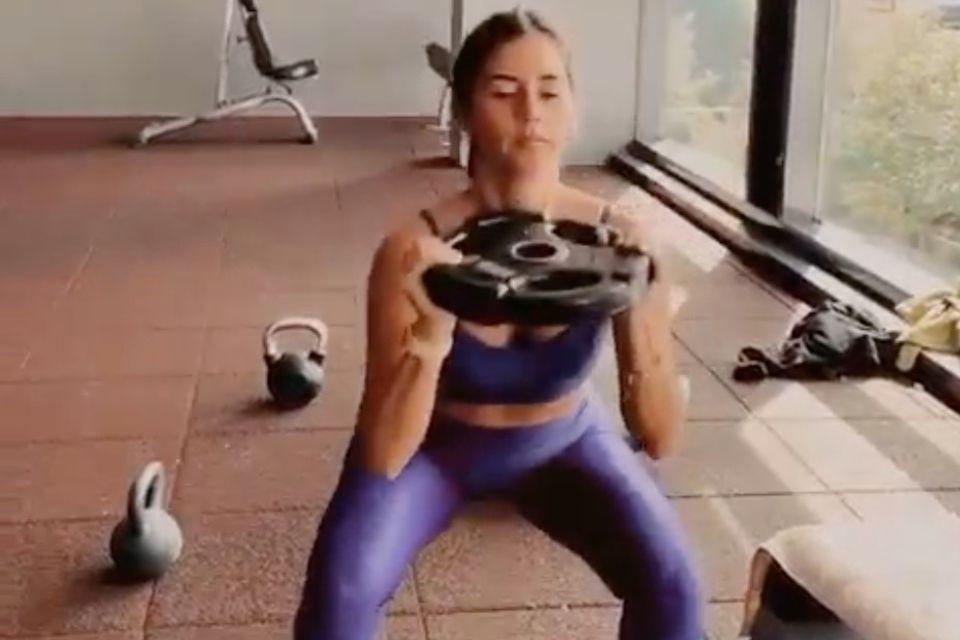 Squats trainieren effektiv Beine und Po.