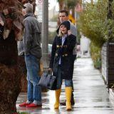Schauspielerin Reese Witherspoon lässt sich von dem bisschen Regen nicht die Laune verderben. Im Dufflecoat und gelben Hunters ist sie für dasSchmuddelwetter perfekt gewappnet.