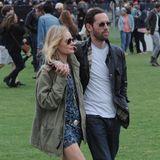 Schauspielerin Kate Bosworth zeigt sich beim legendären Coachella-Festival ebenfalls in den trendigen Allwetter-Schuhen. Mit Mini-Kleid und Parker werden aus den Gummistiefeln im Nu ein Hingucker.